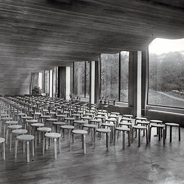 Taburete de madera diseñado para la biblioteca de Viipurii.