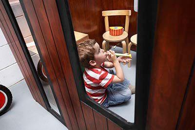 Cabane enfant intérieur Hobikken avec garçon