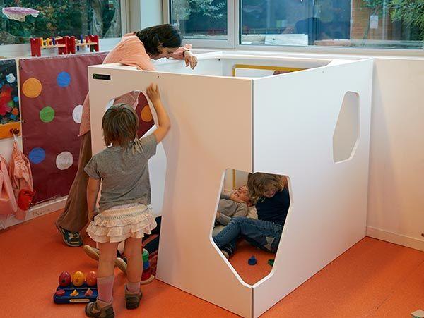 Cabane interieur dans une jardin d'enfants