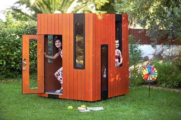 casita de jardín sobre césped