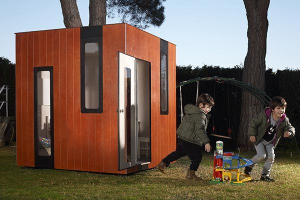 casita de madera para niños, jugando